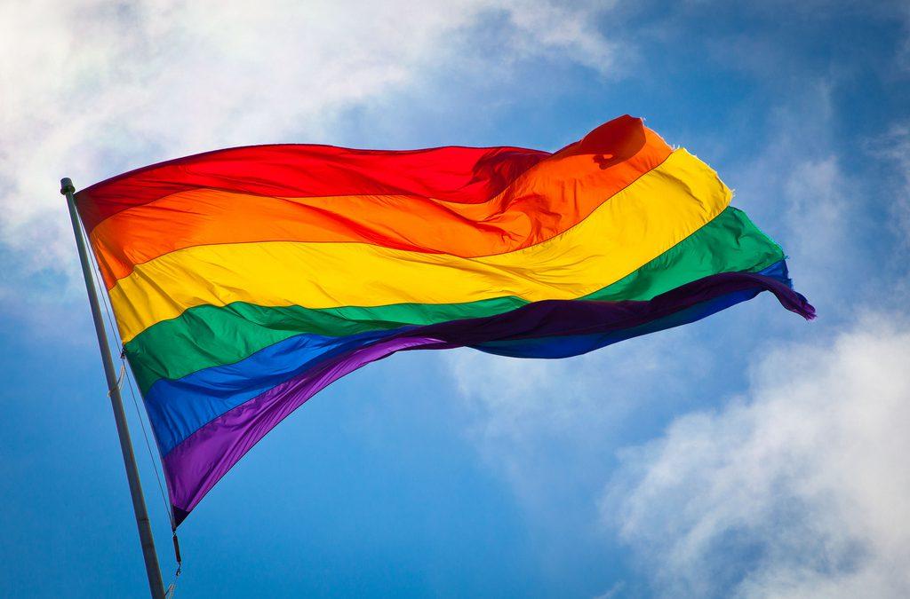 Die Regenbogenfahne vor dem Rathaus ist ein Zeichen der Solidarität